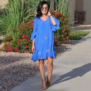 Dresses & Skirts - Blue key hole back dress